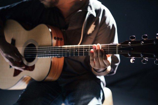 Jak uczyć się gry na gitarze podczas pandemii?